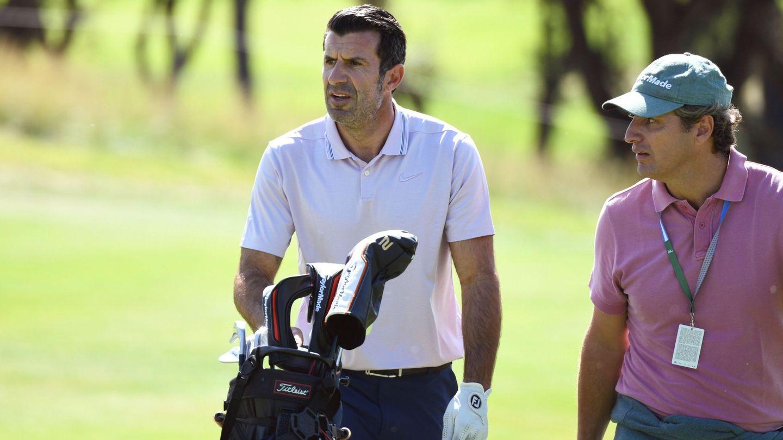 Luis Figo, disfrutando de una de sus pasiones, el golf. (EFE)