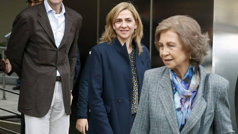 La reina Sofía, la infanta Cristina y su esposo, Iñaki Urdangarin. (EFE)