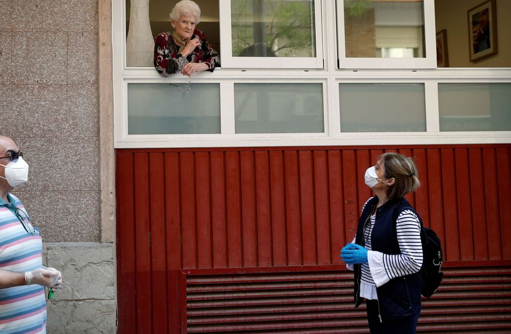 Foto: Una anciana, desde su confinamiento en una residencia de Hospitalet. (EFE)