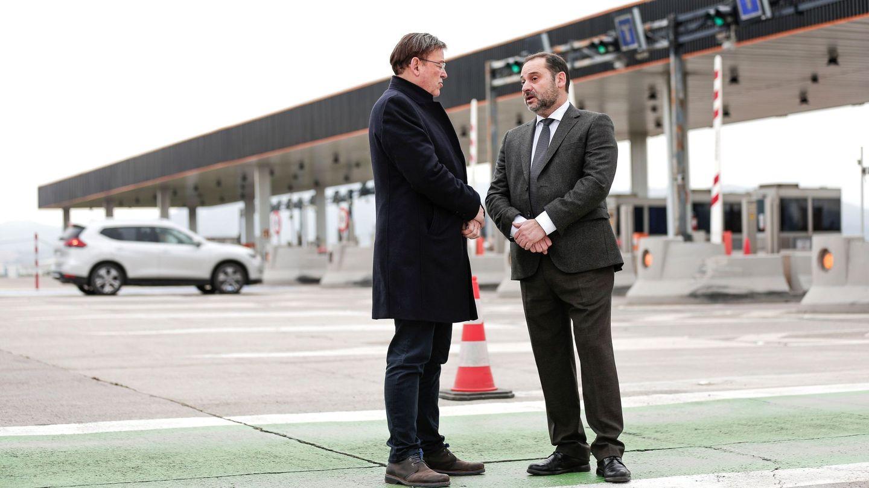El 'president' de la Generalitat, Ximo Puig (izqda), conversa con el ministro de Fomento en funciones, José Luis Ábalos, en el área de peaje de Sagunto, en el día en que finalizó la concesión de la AP-7. (EFE)