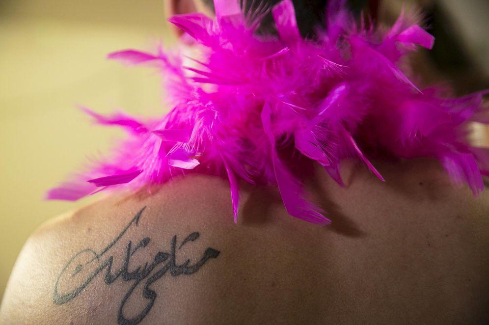 Foto: Un tatuaje en el hombro del transformista árabe israelí Karam Dadu. (Reuters)