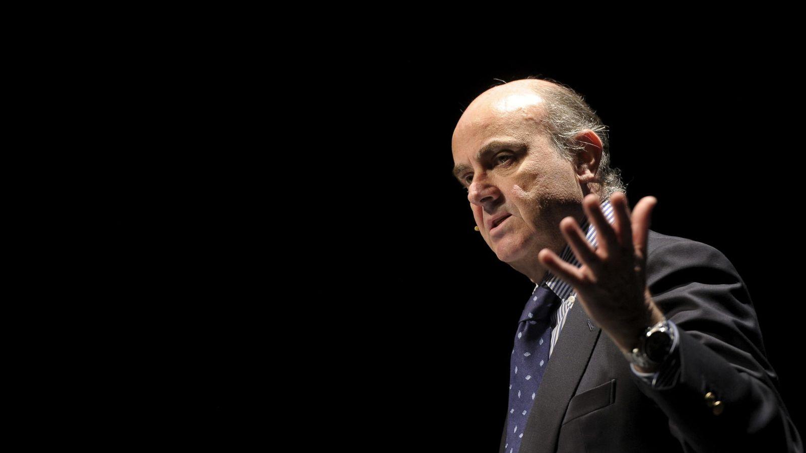 Foto: El ministro de Economía y Competitividad, Luis de Guindos, durante su intervención en un foro de economía celebrado en Pamplona. EFE