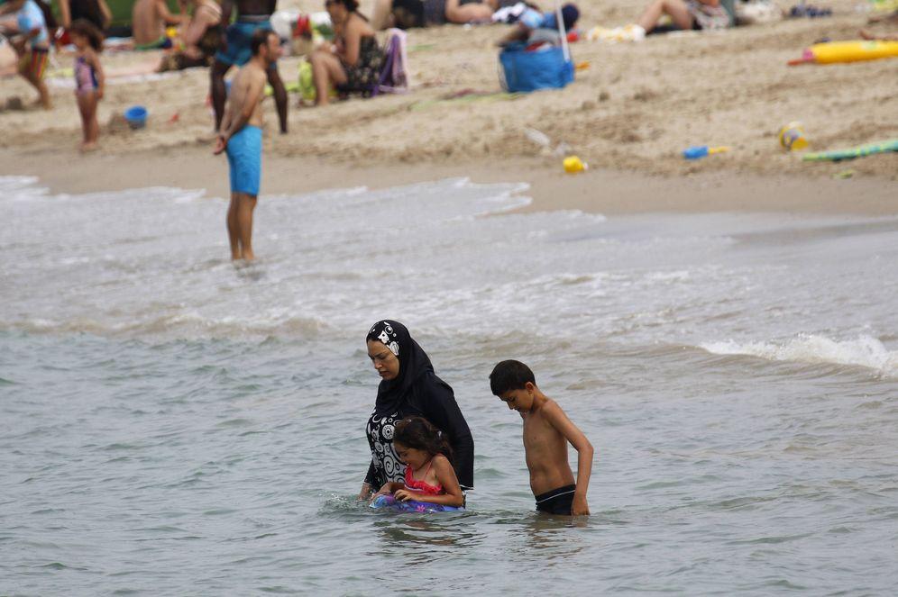 Foto:  Una mujer musulmana se baña con burkini en una playa de Marsella, Francia, el 17 de agosto de 2016 (Reuters).
