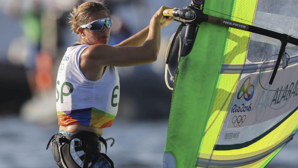 Foto: La española Marina Alabau Neira durante la competencia de la clase RS-X de vela de los Juegos Olímpicos Río 2016 (EFE)