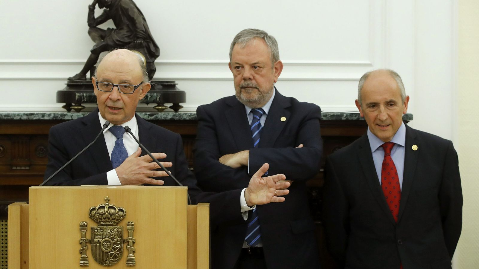 Foto: El ministro de Hacienda, Cristóbal Montoro (i), el consejero de Hacienda y Economía vasco, Pedro Azpiazu, y el portavoz del Gobierno vasco, Josu Erkoreka (d)