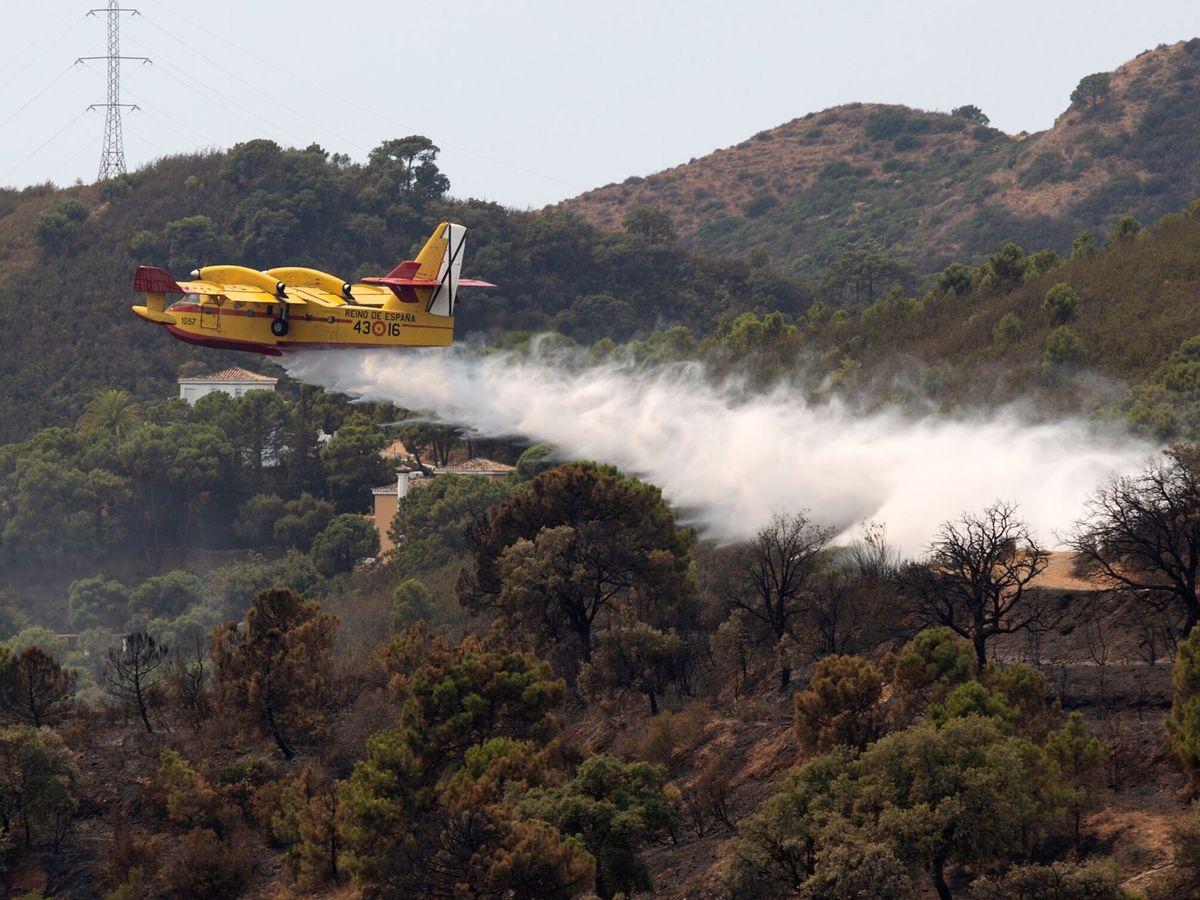 Foto: Un hidroavión descarga agua sobre el fuego de Sierra Bermeja. (EFE)