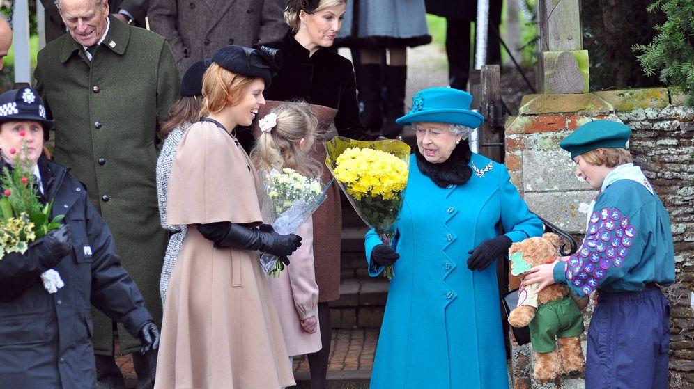 Foto: Beatriz de York y la reina Isabel II en una imagen de archivo. (EFE)
