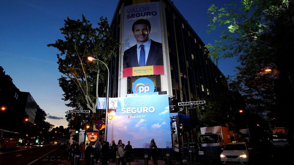 Foto: Simpatizantes del PP se concentran frente a la sede del partido. (EFE)