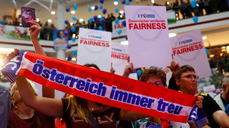 Simpatizantes del Partido de la Libertad (FPÖ) durante un acto de campaña en Viena, el 1 de septiembre de 2017. (Reuters)