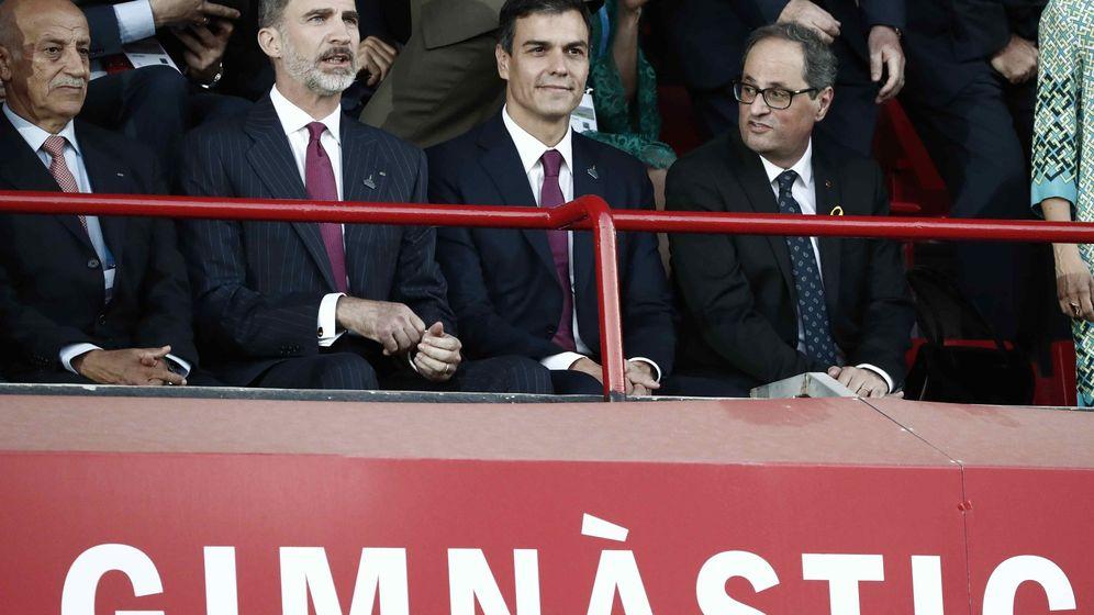 Foto: Felipe VI, junto al presidente del Gobierno, Pedro Sánchez, y el presidente de la Generalitat, Quim Torra (d). (EFE)