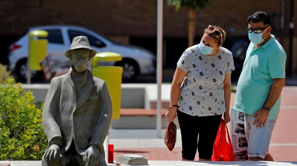 Foto: Dos personas observan la escultura, de autor desconocido, que ha aparecido en Benimamet. (EFE)