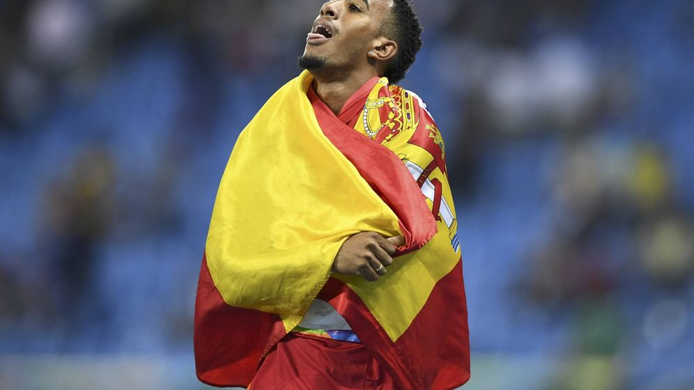Foto: Orlando Ortega celebra su medalla de plata tras la final de los 110 metros vallas, en Río (Reuters).
