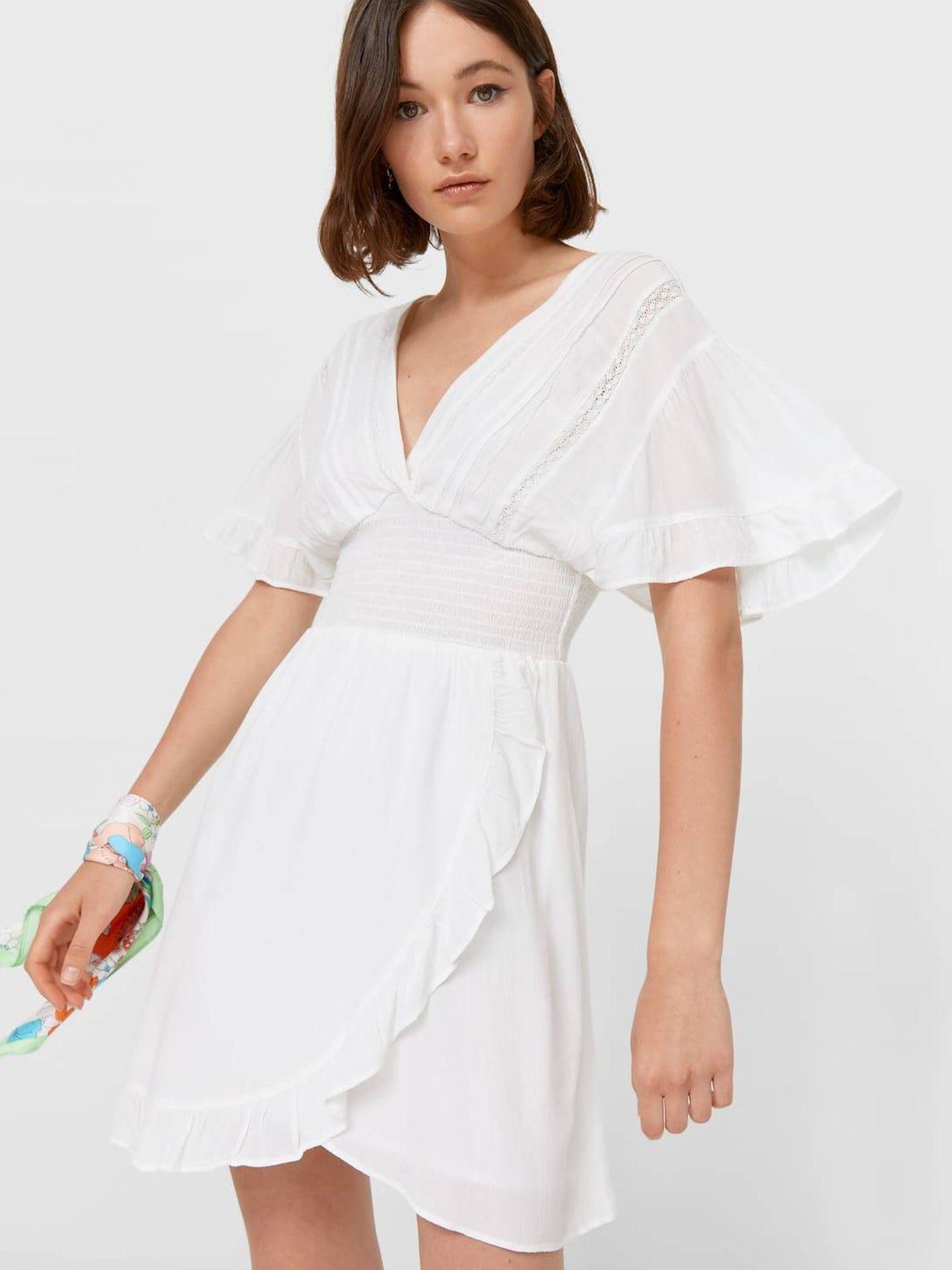 Vestido blanco de Stradivarius. (Cortesía)