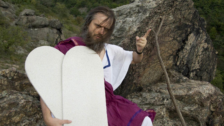 Los 10 mandamientos de los becarios: una polémica que ha acabado en despido