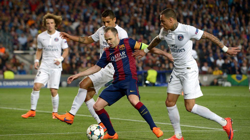 Foto: Iniesta, rodeado de rivales durante el Barcelona-PSG (Cordon Press)