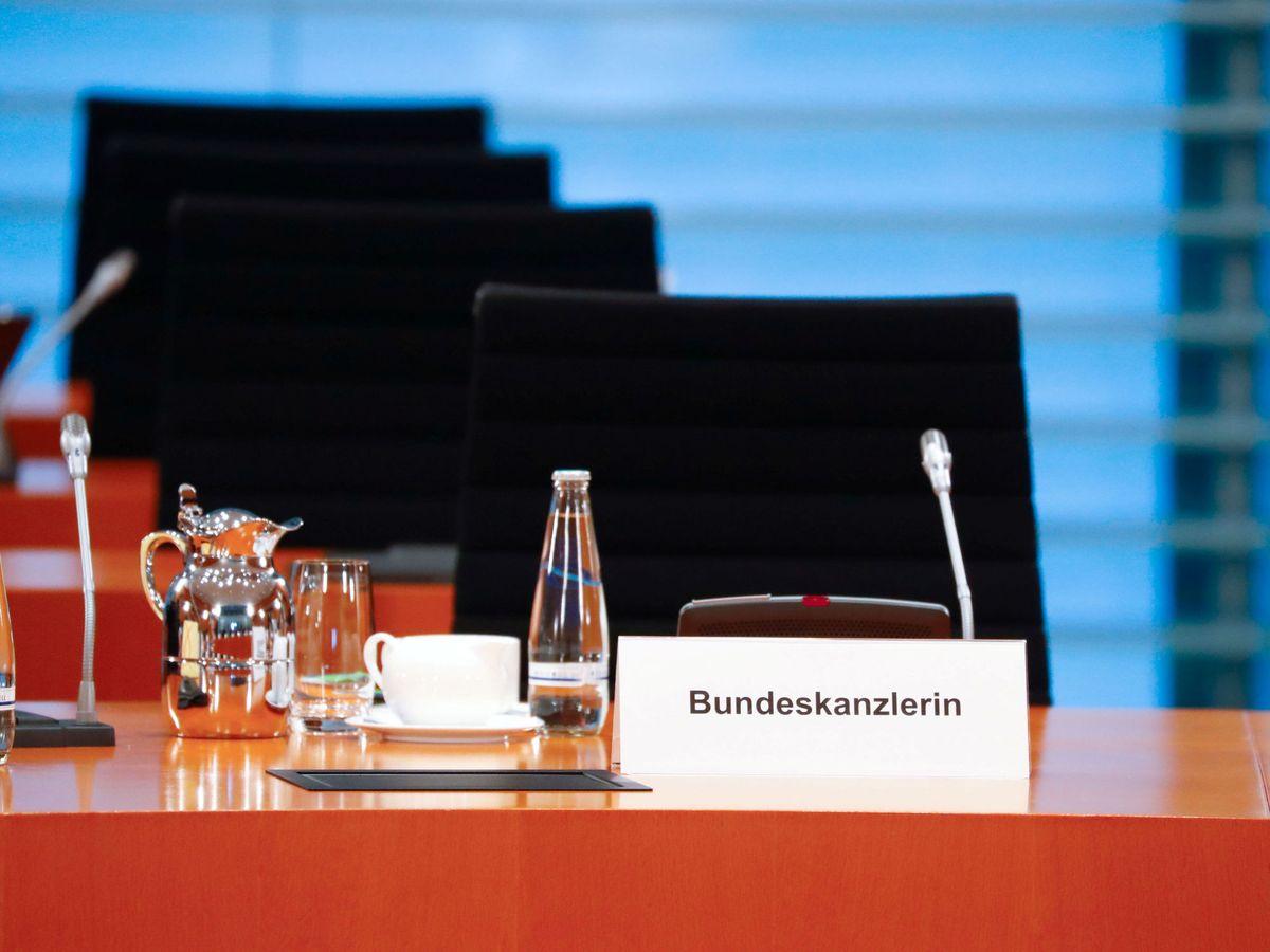 Foto: La silla vacía de Angela Merkel, que se halla bajo cuarentena, es una buena metáfora. (Fabrizio Bensch/Reuters)