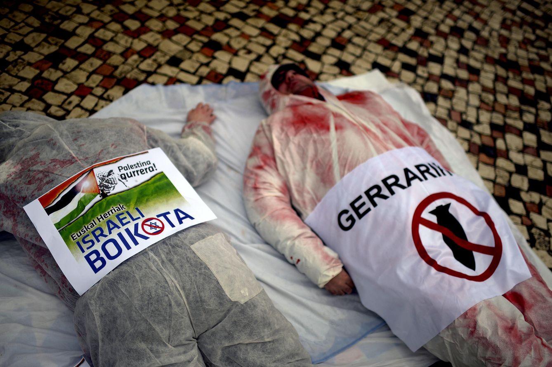 Foto: Activistas a favor del boicot a Israel durante una protesta pro-palestina en Bilbao, en noviembre de 2012 (Reuters).