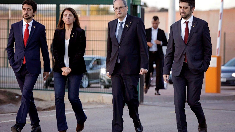 Torra (2d), Calvet (i) y Budó (2i), a su salida del centro penitenciario de Lledoners tras su visita a los líderes condenados por el Supremo. (EFE)
