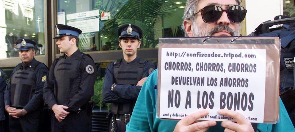 Foto: Un hombre durante las protestas para exigir la devolución de sus ahorros en la divisa original ante una sucursal de Banco de Galicia, en 2002. (Reuters/Archivo)