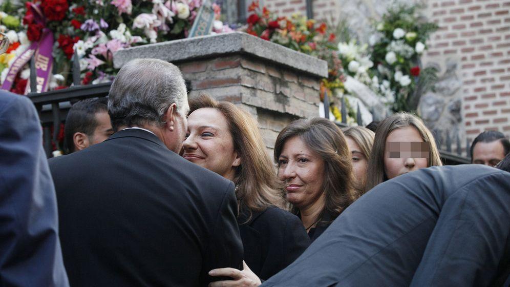 Foto: Cristina y Marta, hijas de Isidoro Álvarez, durante el funeral por su padre. (E. Villarino)