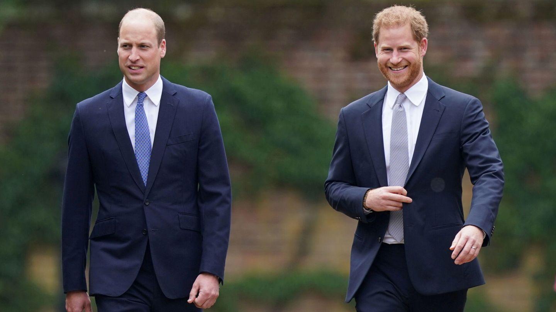 William y Harry llegan al Sunken Garden del palacio de Kensington. (Reuters)