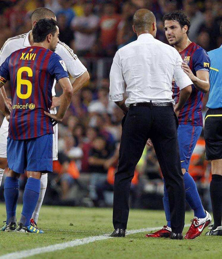 Foto: Pep Guardiola habla con Cesc durante el Barça-Real Madrid de la Supercopa de España. (REUTERS)
