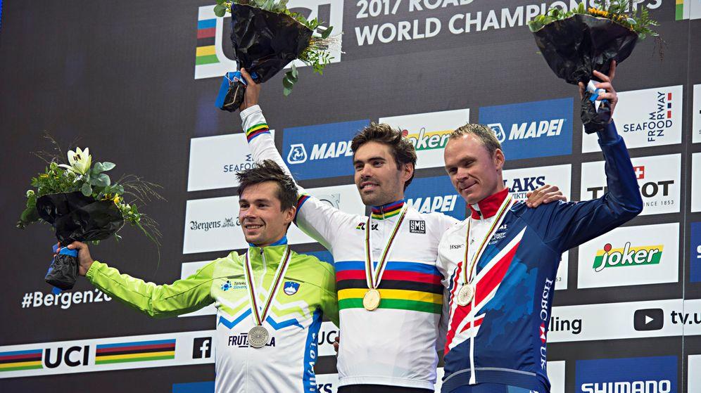 Foto: Dumoulin, escoltado por Roglic y Froome en el podio de Bergen. (Reuters)