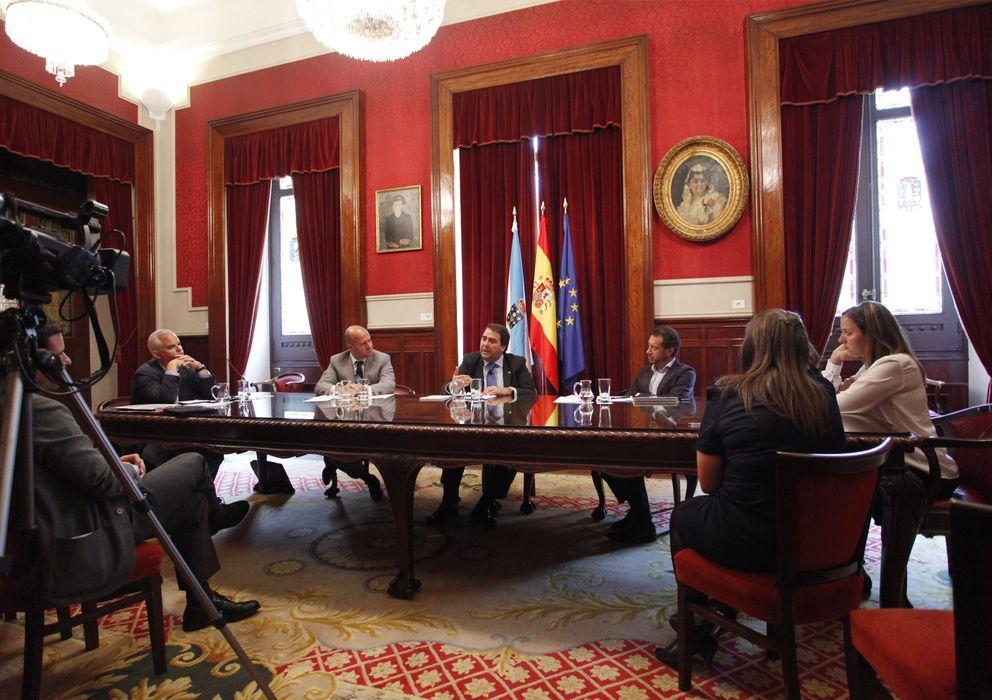 Foto: En el centro, Carlos Negreira, alcalde de La Coruña (E. Villarino)