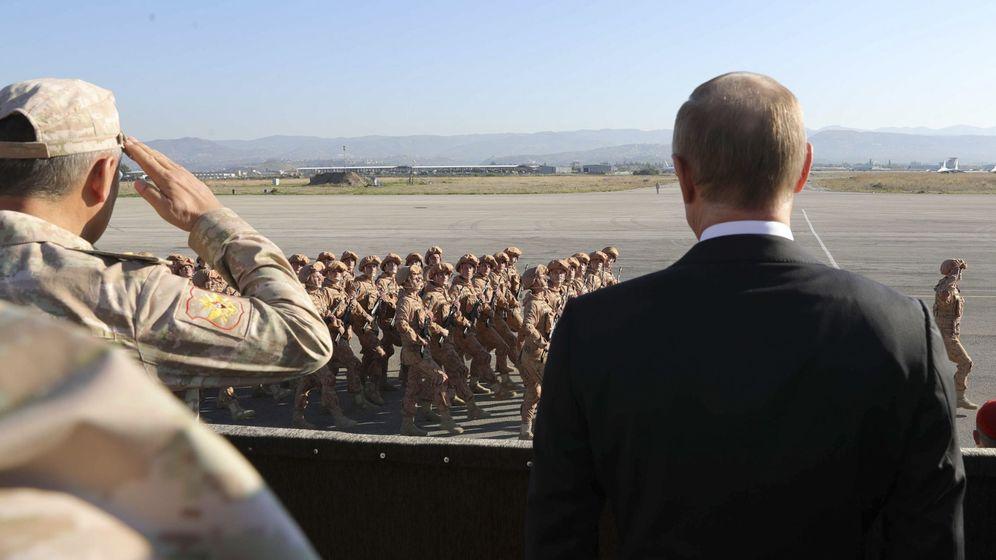 Foto: Vladímir Putin y el ministro de Defensa ruso Serguéi Shoigu ven el desfile de tropas rusas en la base de Hmeymim, en Siria, el 11 de diciembre de 2017. (Reuters)