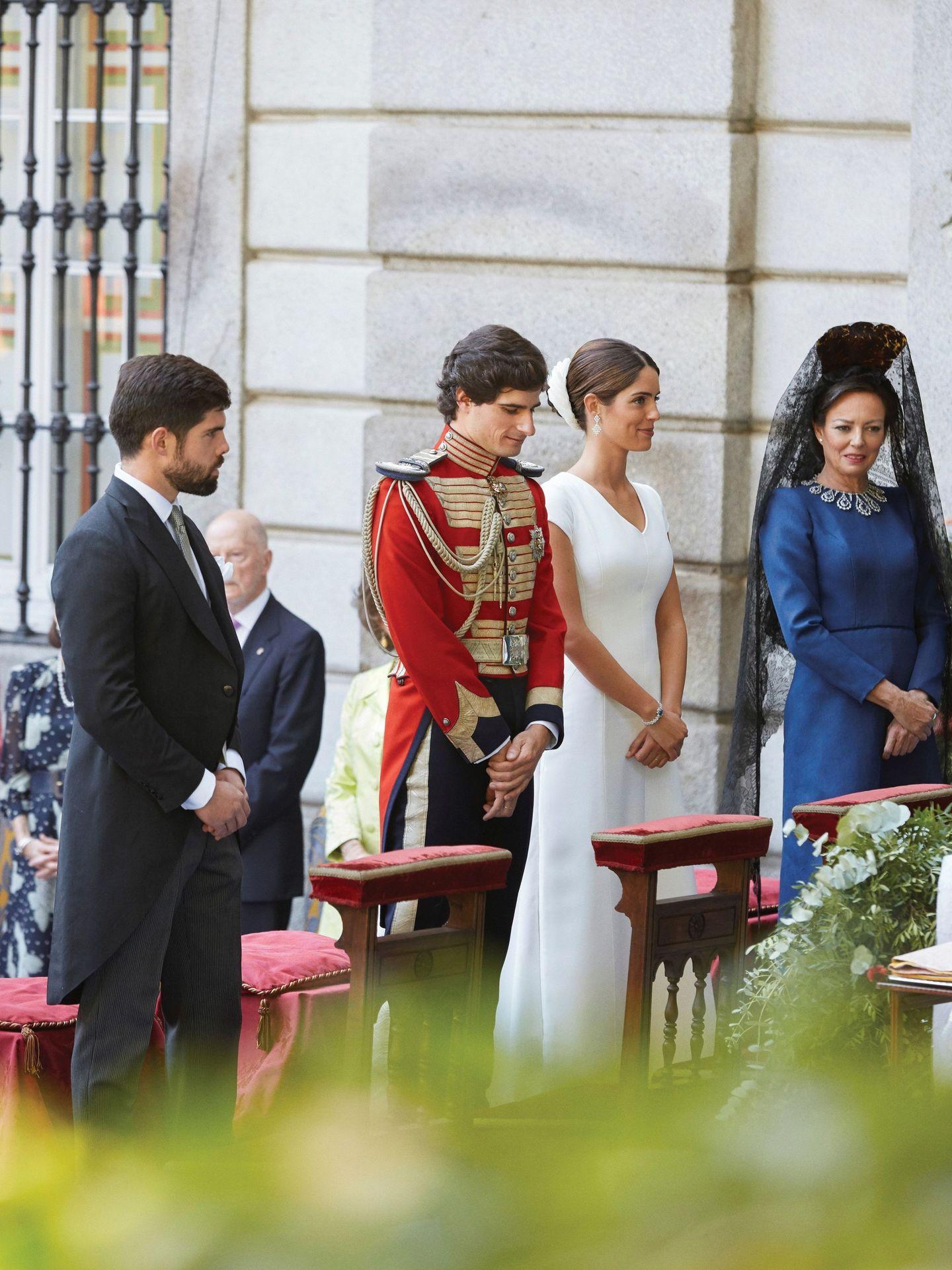 Los duques de Huéscar, el día de su boda, junto a Matilde Solís y Fernando Palazuelo Barroso, hermano de la novia. (EFE)