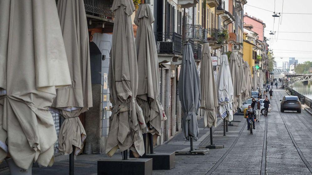 Foto: Restaurantes, bares y clubes cerrados en el distrito Navigli de Milán. (EFE)
