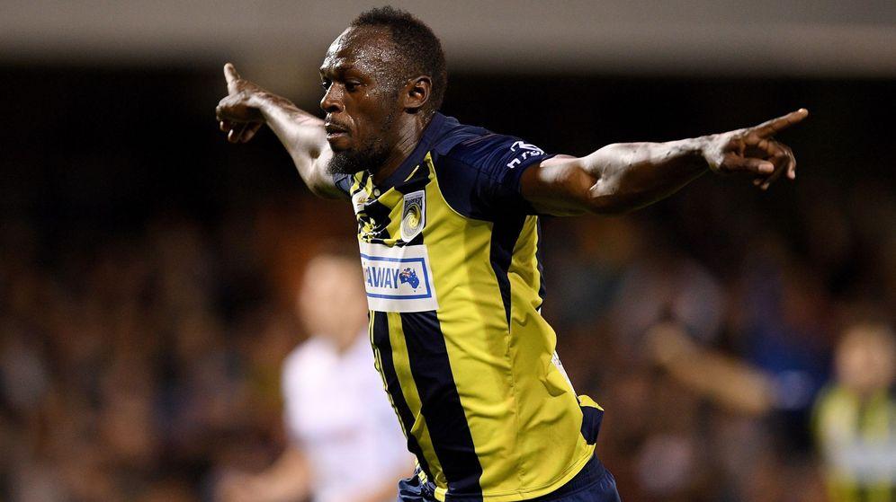 Foto: Usain Bolt celebra uno de sus dos goles en un partido en Australia este viernes 12 de octubre. (EFE)