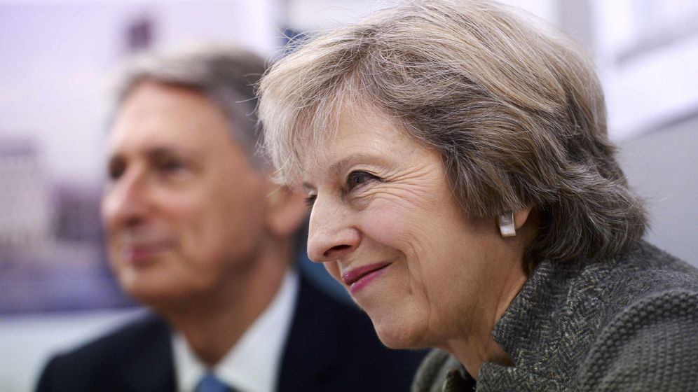Foto: La primera ministra Theresa May junto al responsable de Hacienda Philip Hammond, en octubre de 2016 (Reuters)