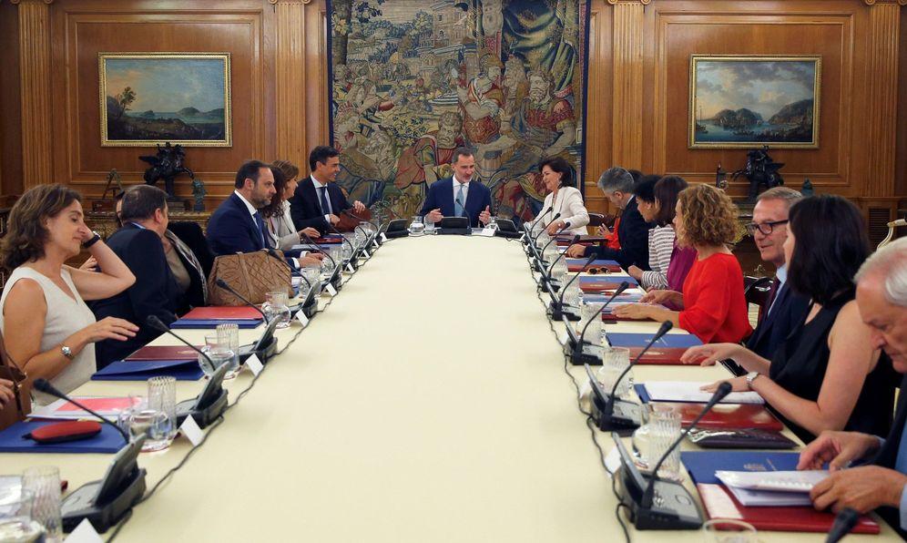 Foto: Felipe VI preside la reunión del Consejo de Seguridad en el Palacio de la Zarzuela, con Pedro Sánchez y Carmen Calvo a su lado, este 16 de julio. (EFE)