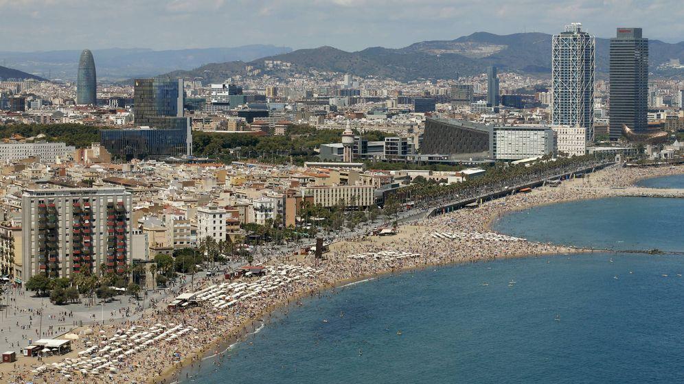 Foto: Las playas de la Barceloneta y Somorrostro en Barcelona. (Reuters)