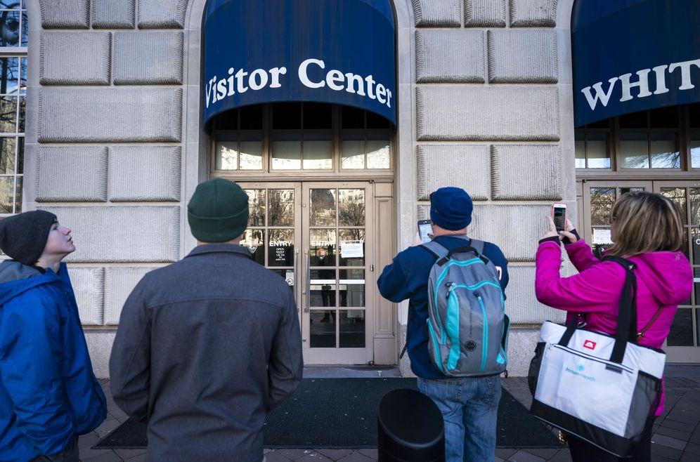 Foto: Un cartel indica que el Centro de Visitas de la Casa Blanca está cerrado durante el cierre parcial de la Administración, en Washington. (Reuters)