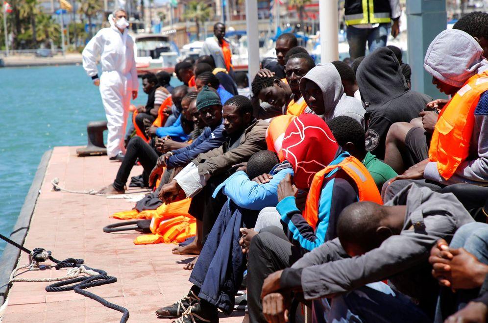 Foto: Llegada a Melilla de algunos de los inmigrantes de origen subsahariano rescatados cuando navegaban a bordo de dos pateras en el mar de Alborán. (EFE)