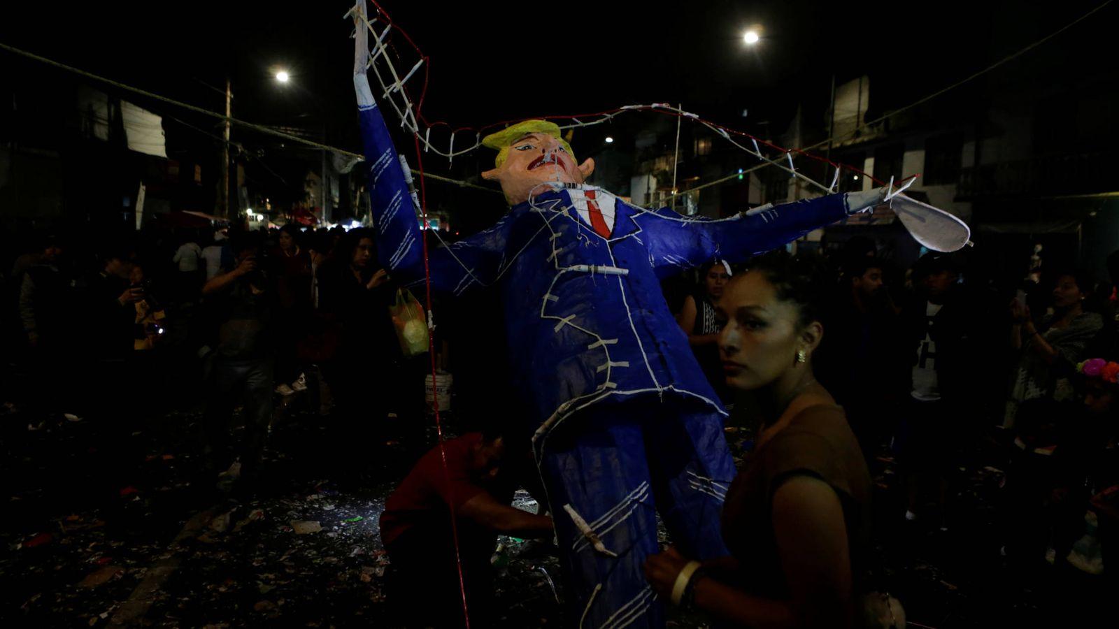 Foto: Mexicanos se manifiestan contra el presidente de EEUU, Donald Trump, en Ciudad de México. (Reuters)
