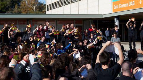 150 personas rompen al mismo tiempo banderas de España en la UAB en Cataluña