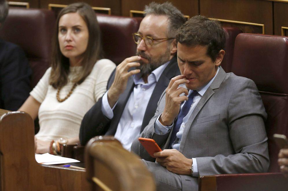 Foto: Albert Rivera, junto al portavoz parlamentario de Ciudadanos, Juan Carlos Girauta, y Melisa Rodríguez, portavoz adjunta, el pasado 30 de agosto en el debate de investidura. (EFE)