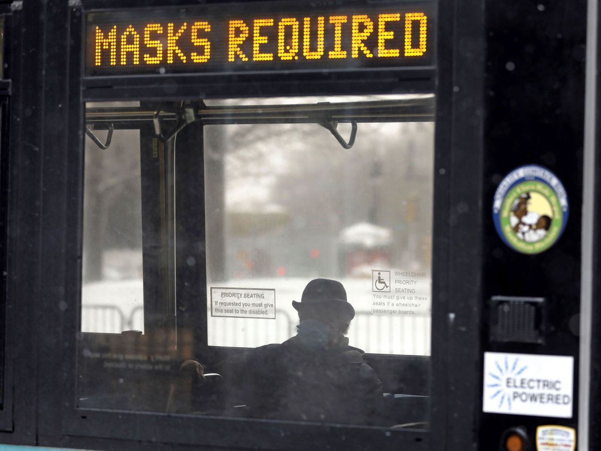 Foto: Una persona lleva mascarilla en un autobús de Nueva York. (EFE)