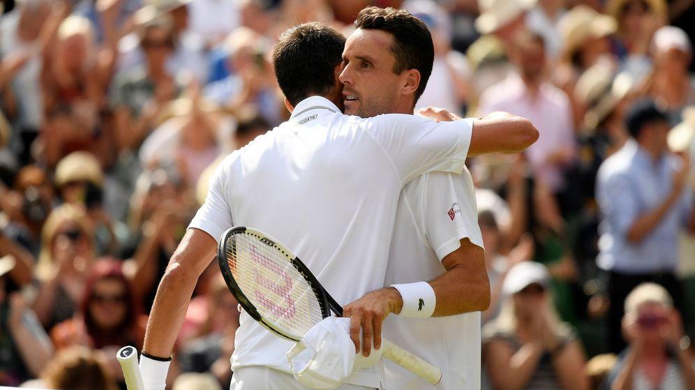 Foto: El abrazo de Bautista y Djokovic al final del choque. (Reuters)