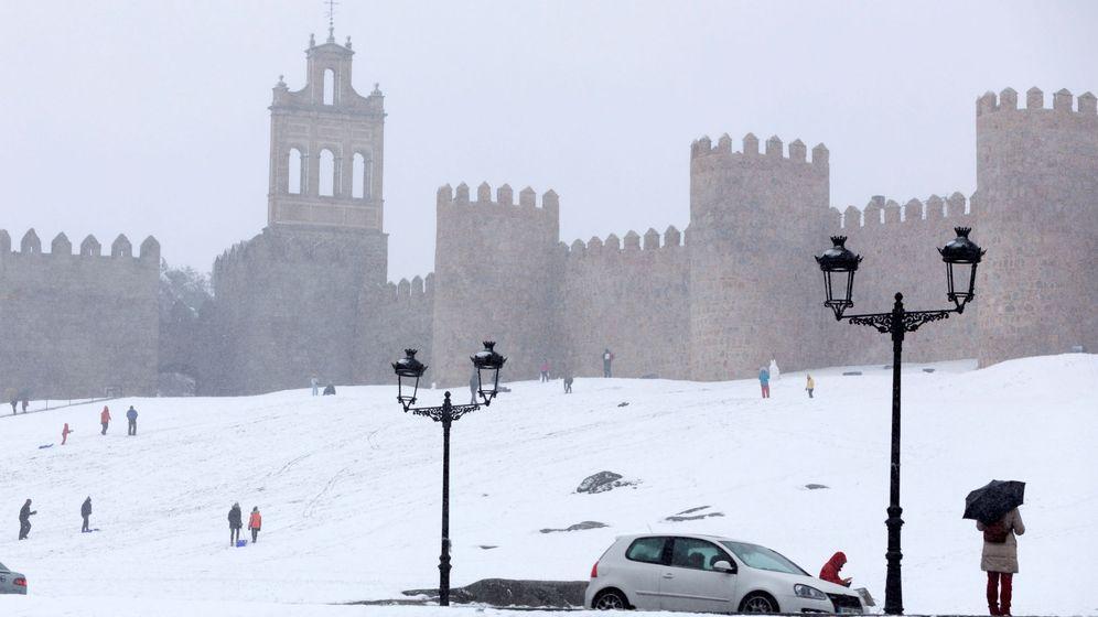 Foto: La nieve cubre la provincia de Ávila desde la víspera del Día de Reyes. (EFE)