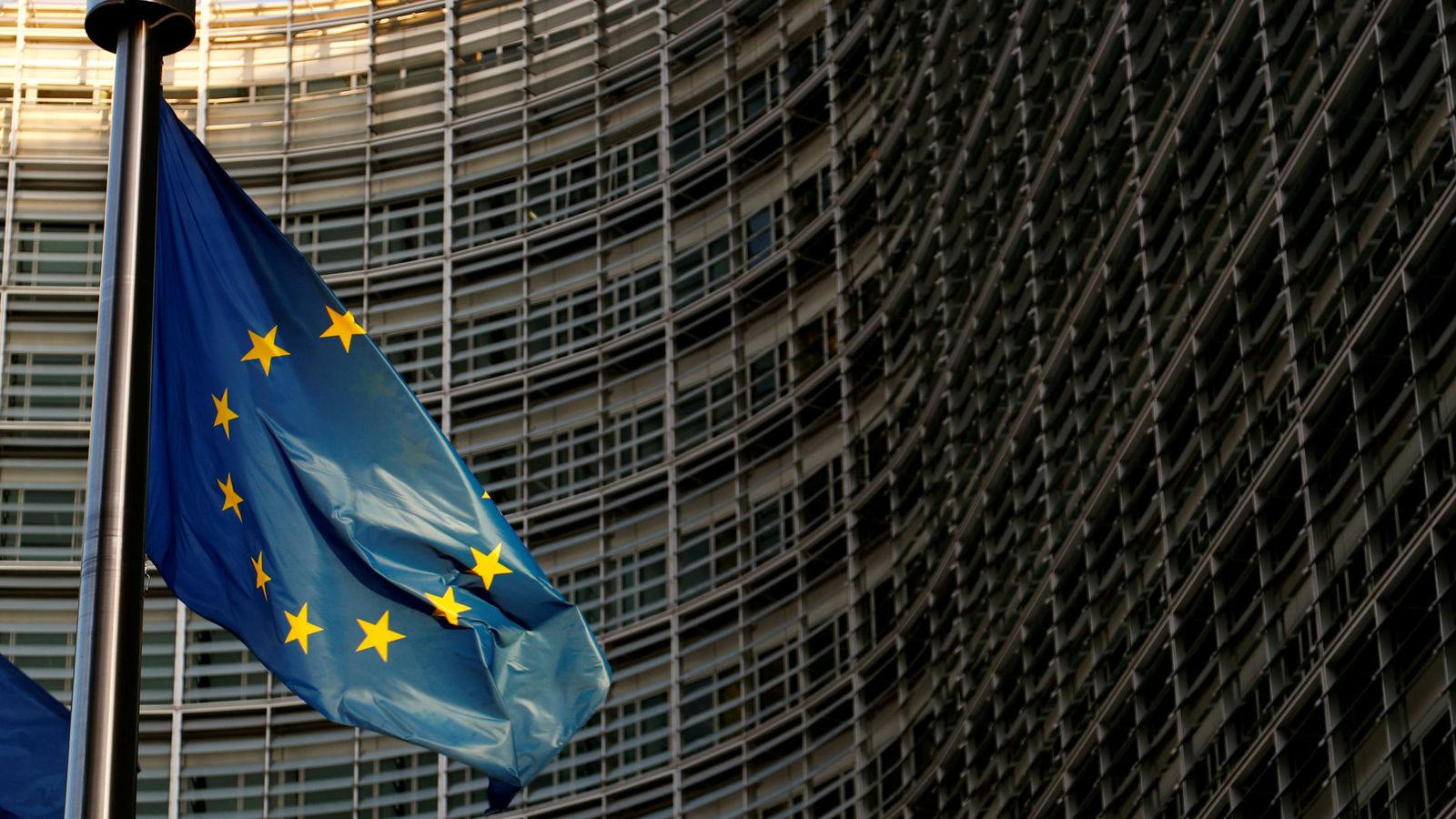 Foto: Bandera de la UE frente a la sede de la Comisión Europea. (Reuters)