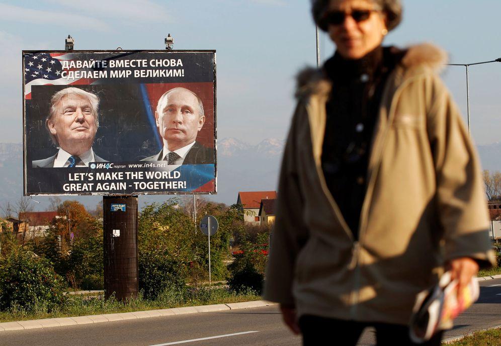 Foto: Una mujer pasa frente a un cartel de Trump y Putin en Danilovgrad, Montenegro, el 16 de noviembre de 2016 (Reuters)