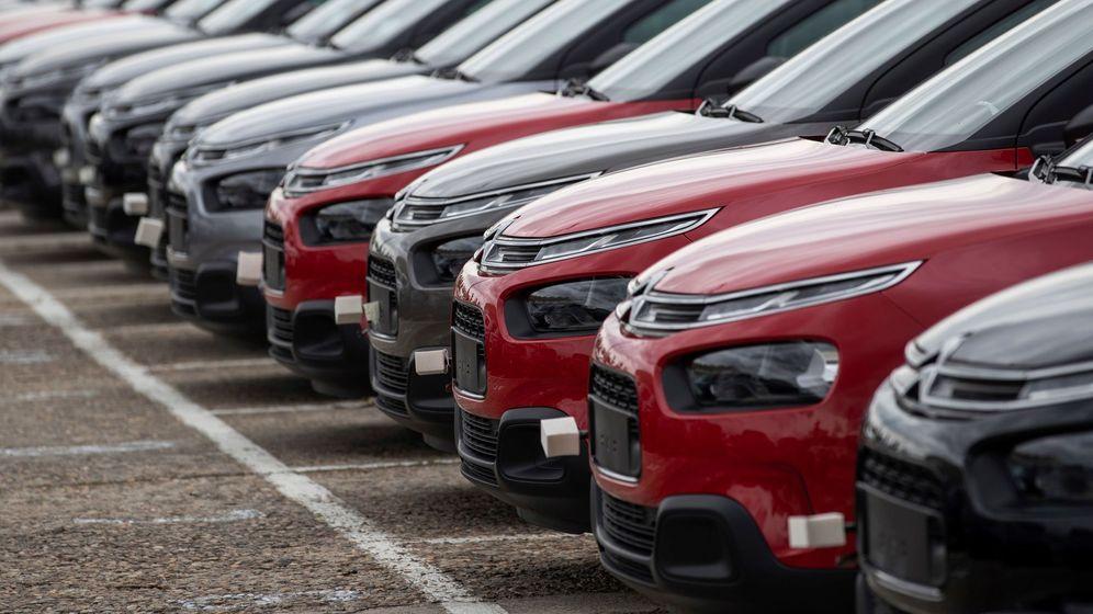 Foto: Vehículos del Grupo PSA estacionados sin poder ser vendidos durante el confinamiento. (EFE)