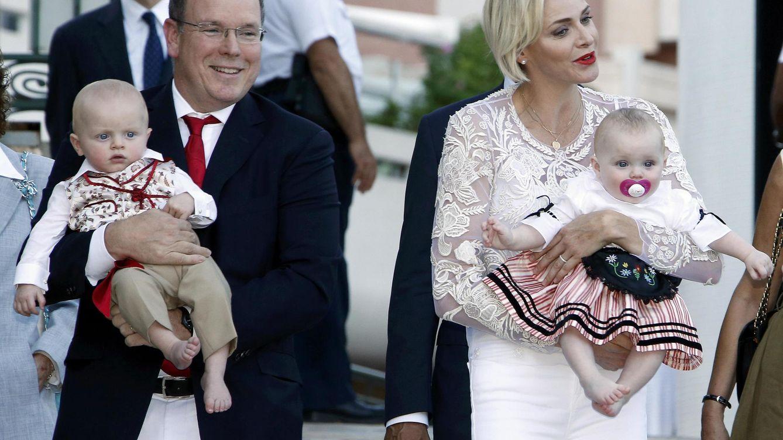 Foto: El príncipe Alberto junto a su esposa y sus mellizos, Jacques y Gabriella (Reuters)