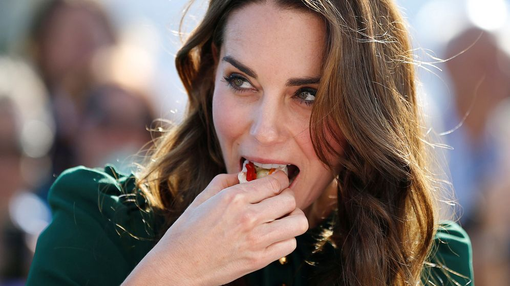 Foto: Kate Middleton tomando una pieza de sushi en un evento, ¿sabrá que contiene azúcar? (Foto: Reuters)