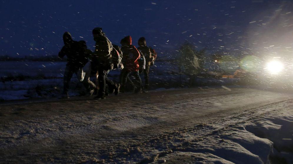 Foto: Migrantes caminan por una carretera tras cruzar la frontera de Macedonia, en Miratovac, Serbia, el 17 de enero de 2016 (Reuters).