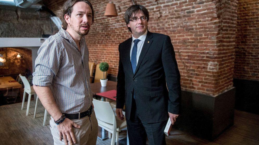 Foto: Pablo Iglesias unto al presidente de la Generalitat Carles Puigdemont. (EFE)